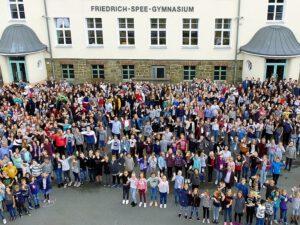 Menschen vor dem historischen Altbau, Friedrich-Spee-Gymnasium