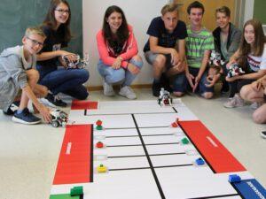 Schüler*innen mit Robotern