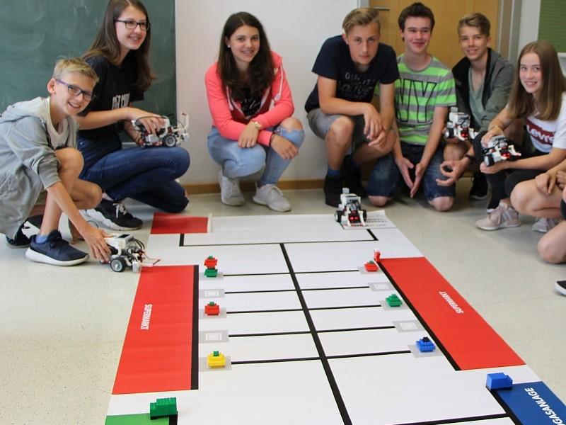 Schüler*innen mit Roboter*innen