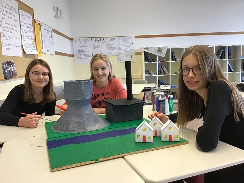 Mädchen mit Modell eines Kraftwerks